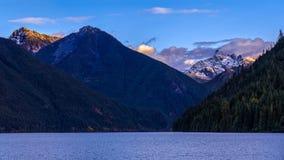 Lago Chilliwack com o reduto da montagem no fundo que é a Imagens de Stock