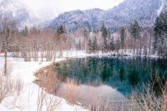 Lago Christlessee en invierno en el valle del trettach cerca de oberstdorf, paisaje bávaro del sur idílico en Alemania fotos de archivo