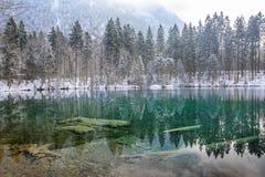 Lago Christlessee en invierno en el valle del trettach cerca de oberstdorf, paisaje bávaro del sur idílico en Alemania fotografía de archivo