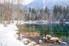 Lago Christlessee en invierno en el valle del trettach cerca de oberstdorf, paisaje bávaro del sur idílico en Alemania imágenes de archivo libres de regalías
