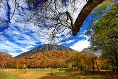 Lago Chuzenji com as folhas de outono em Nikko imagem de stock royalty free