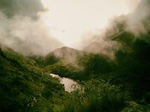 Lago circondato da nebbia nelle montagne Fotografia Stock