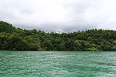 Lago circondato dagli alberi in Cina fotografie stock libere da diritti