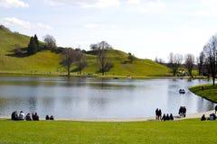 Lago circondato dalle colline Fotografia Stock