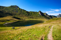 Lago circondato dalle montagne Fotografia Stock