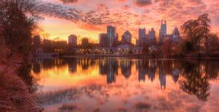 Lago Clara Meer e Midtown Atlanta nella penombra, U.S.A. immagini stock