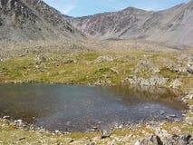 Lago claro de la montaña Fotografía de archivo