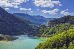 Lago claro de la montaña Fotos de archivo