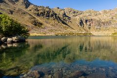 Lago claro del agua del Estanys de Tristaina, los Pirineos, Andorra fotografía de archivo libre de regalías