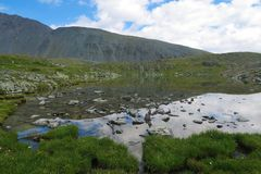 Lago claro del espejo de la monta?a Valle de 7 lagos Monta?as de Altai, Rusia fotografía de archivo
