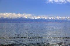 Lago claro Issyk-Kul de la montaña Fotos de archivo