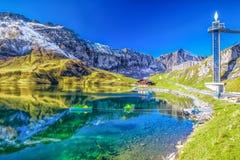 Lago claro Melchsee e panorama dos cumes do suíço de Melchsee Frutt, Obwalden, Suíça imagem de stock royalty free