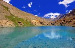 Lago Clearwater nel deserto ad alta altitudine della montagna dell'Himalaya Immagini Stock Libere da Diritti