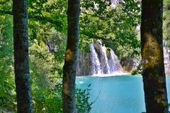 Lago com água e as cachoeiras azul celeste-coloridas luminosas fotografia de stock
