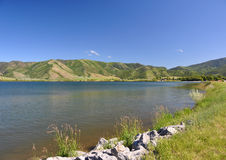 Lago com as montanhas na distância Foto de Stock Royalty Free
