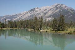 Lago com as montanhas rochosas Imagem de Stock Royalty Free