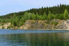 Lago com bancos íngremes - pedreira velha submersa forest fotografia de stock