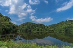 Lago com céu azul e nuvem Foto de Stock