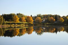 Lago com cores bonitas da queda Fotografia de Stock Royalty Free