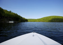Lago com curva do barco no primeiro plano imagem de stock royalty free