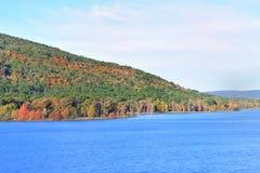Lago com estrada do montanhês fotos de stock