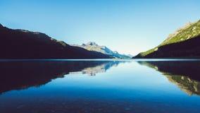 Lago com montanhas Imagens de Stock Royalty Free