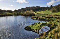 Lago com o barco no vale de Winster, Cumbria. imagem de stock