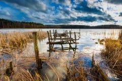 Lago com o cais destruído velho fotos de stock