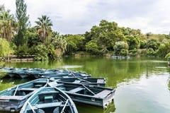Lago com os barcos de fileira em Parc de la Ciutadella fotografia de stock