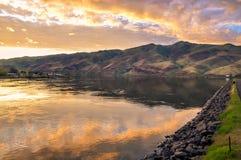 Lago com passeio, reflexão do céu do por do sol e montes Rio Snake na beira de estados de Idaho e de Washington Imagens de Stock Royalty Free