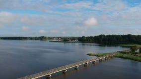 Lago com a ponte de madeira longa, aérea filme