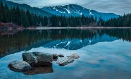 Lago com reflexão azul da montanha do assobiador imagens de stock royalty free
