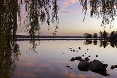 Lago com reflexões imagens de stock