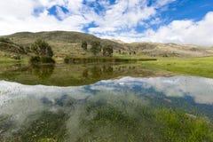 Lago com reflexões da água, Huaraz Conococha no Peru foto de stock
