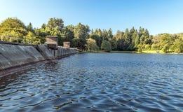 Lago com represa Fotos de Stock