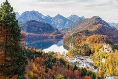 Lago com uma vila nas montanhas coloridas do outono Fotos de Stock Royalty Free