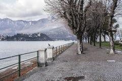 Lago Como e città della passeggiata di Lecco, Italia immagine stock libera da diritti