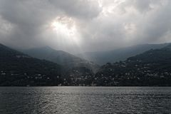 Lago Como e luz solar nebulosa, Itália fotografia de stock