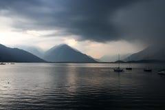 Lago Como em Itália, escuro e sombrio antes de uma tempestade Imagem de Stock Royalty Free