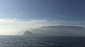Lago Como en Italia Visión panorámica desde la superficie del agua metrajes