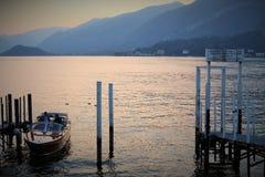 Lago Como, Itália, 09 28 2016 Um barco de motor sob um por do sol no lago Como, perto de Bellagio, Itália Imagens de Stock