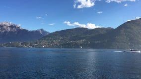 Lago Como Italia Barco en el lago almacen de metraje de vídeo
