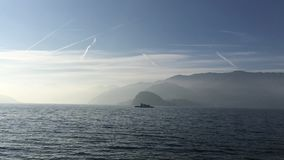 Lago Como Italia Barco en el lago almacen de video