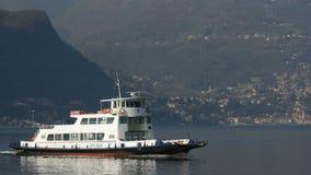 Lago Como, Italia - 28 febbraio 2017: barche che navigano attraverso un lago stock footage