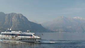 Lago Como, Italia - 28 febbraio 2017: barche che navigano attraverso un lago della montagna archivi video