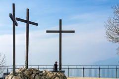 LAGO COMO, ITALY/EUROPE - 21 DE FEVEREIRO: Três cruzes no Vol imagem de stock