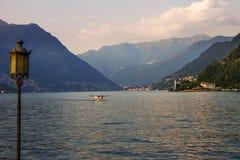 Lago Como na noite, Itália Paisagem O plano foto de stock