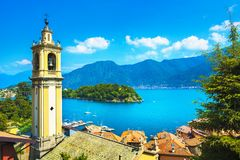 Lago Como, torre de sino de Sala Comacina da fuga do greenway Italy fotos de stock royalty free