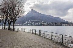 Lago Como y ciudad de la 'promenade' de Lecco, Italia Fotos de archivo libres de regalías