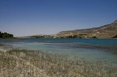 Lago con acqua blu-chiaro nella valle del sud di Cappadocia immagine stock